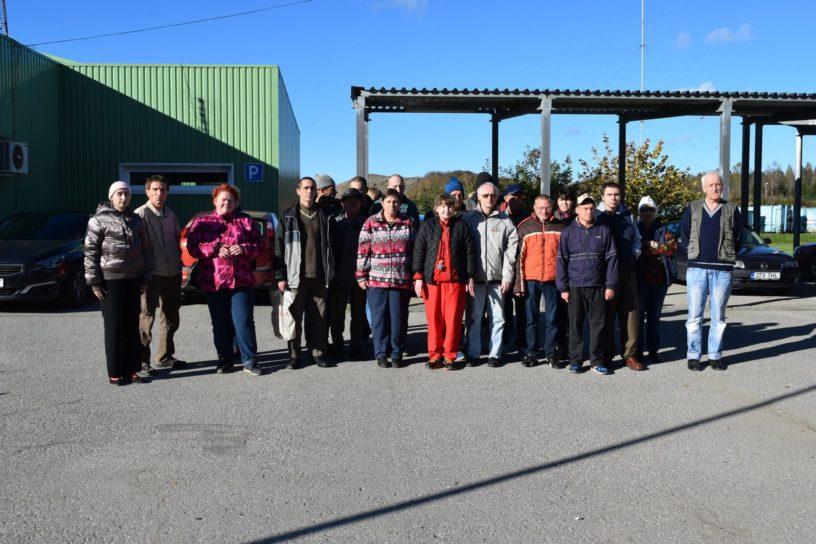 Sillamäe ja Sinimäe kodude kliendid ning MTÜ Ökotark koolitaja Katrin Jõgisaar ekskursioonil Uikala prügilas.